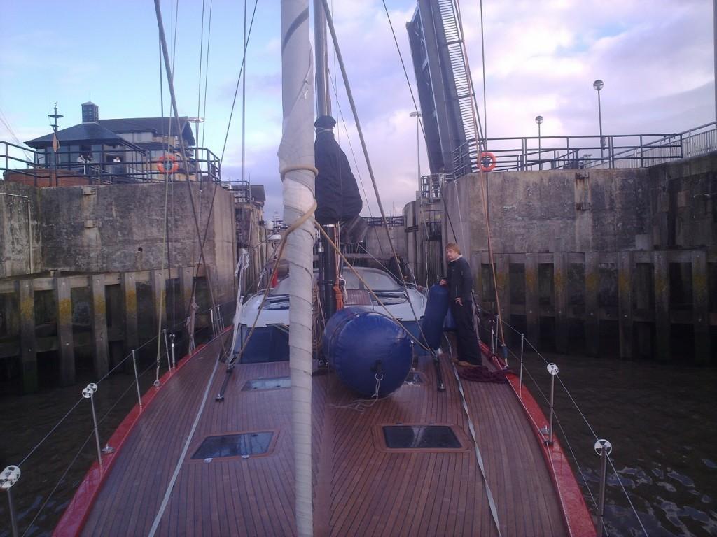 Shipman 72 - Moksha na izhodu iz zapornic Liverpul marine (razlika med plimo in oseko je tu 9 metrov.